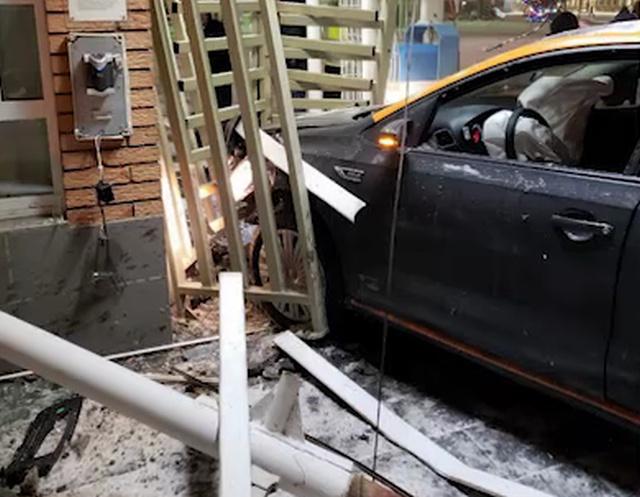Каршеринговый автомобиль протаранил КПП в аэропорту Домодедово (фото + 2 видео)