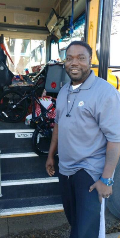 Щедрый водитель школьного автобуса (3 фото)
