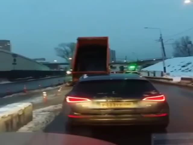 Самосвал с поднятым кузовом протаранил мост