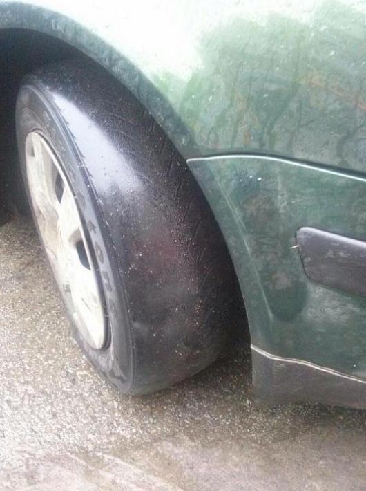Экстремал за рулем или любитель бобслея на дороге (2 фото)