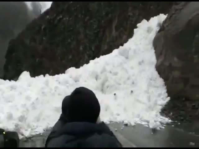 Лавина в Дагестана перекрыла дорогу и накрыла грузовик