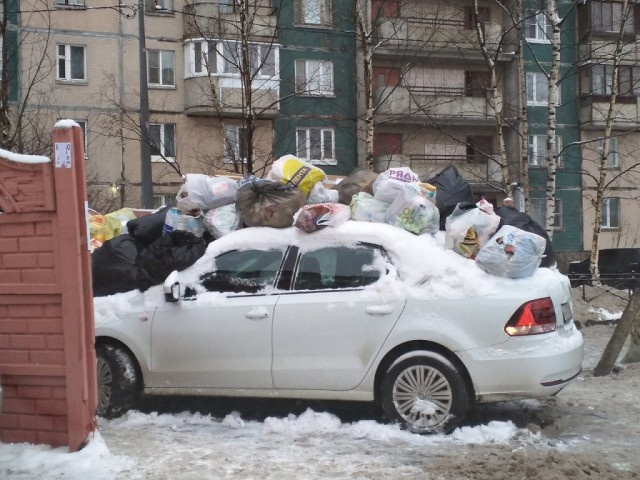 Наказание за парковку возле помойки (3 фото)