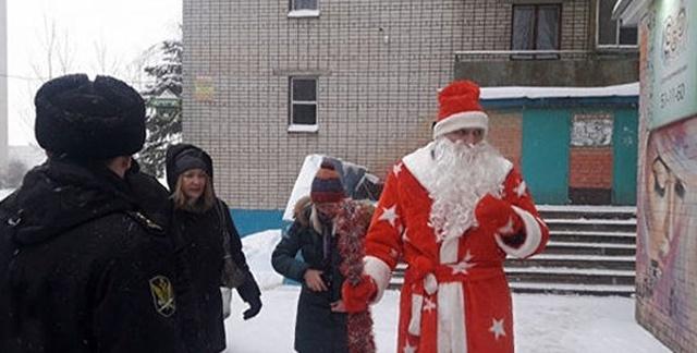Судебные приставы и энергетики под прикрытием Деда Мороза посетили должников (фото + видео)