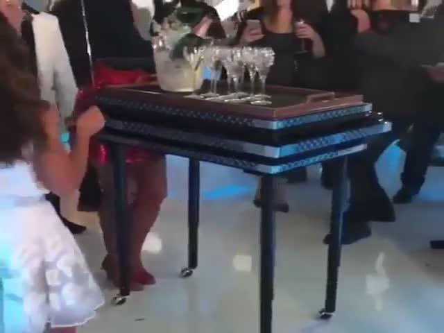 """Столик с """"собственным приводом"""", который точно удивит гостей"""
