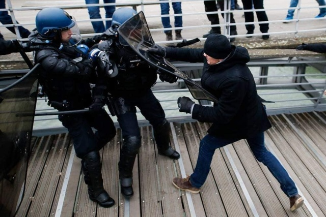 """Французский боксер Кристоф Деттинже напал на полицейских во время протестов """"желтых жилетов"""" (2 фото + видео)"""