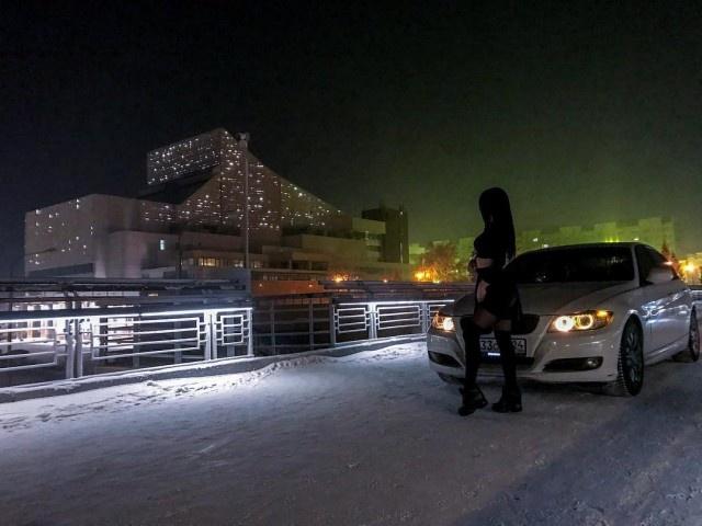 В Красноярске девушка на BMW заехала на вантовый пешеходный мост (4 фото)