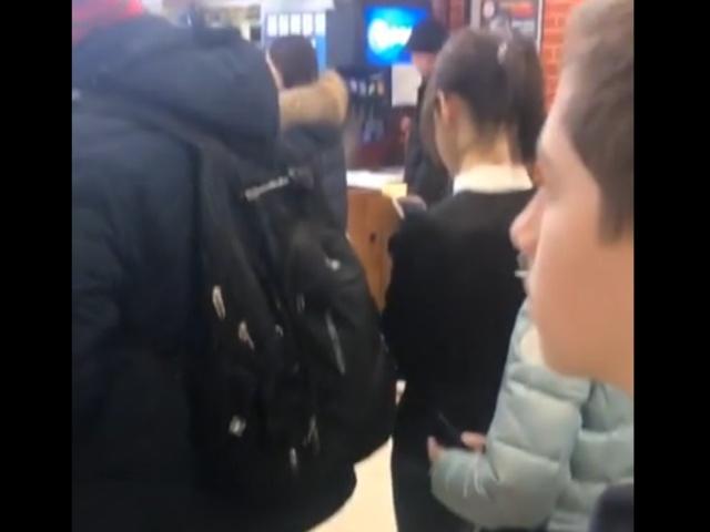 Посетители ходят со своими ведрами в первый в Кургане Burger King