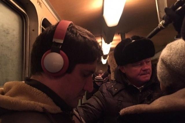 Мэр Саратова Михаил Исаев отправился на работу на трамвае (2 фото)