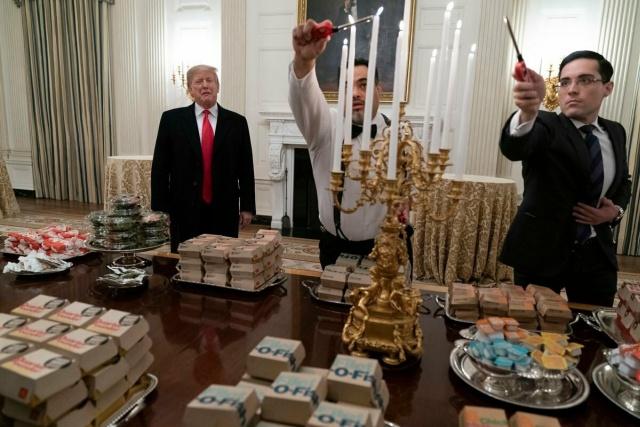 Дональд Трамп накормил футболистов в Белом доме фастфудом (7 фото + видео)