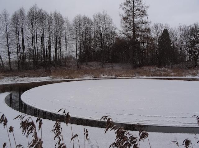 Идеально ровный крутящийся ледяной диск на реке Вигала в Эстонии (3 фото + видео)