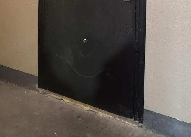 Что не так с входной дверью? (3 фото)