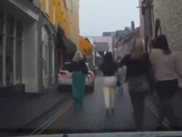Водитель по-своему наказал пьяных пешеходов