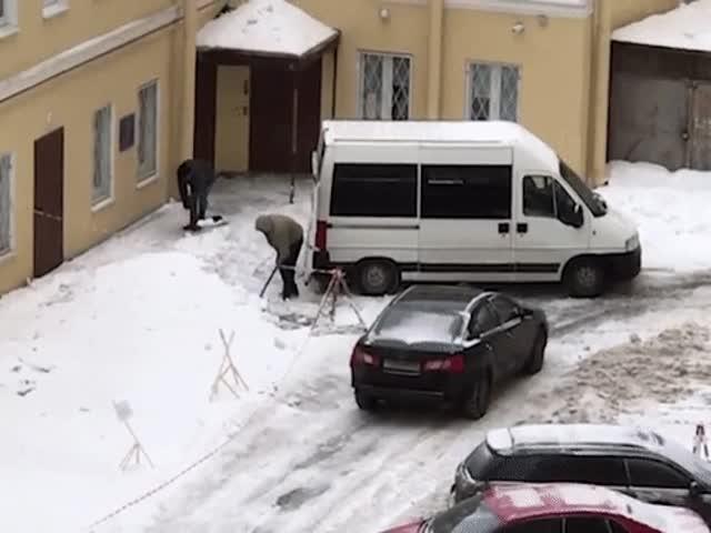 """В Санкт-Петербурге неизвестные люди """"воруют"""" снег"""