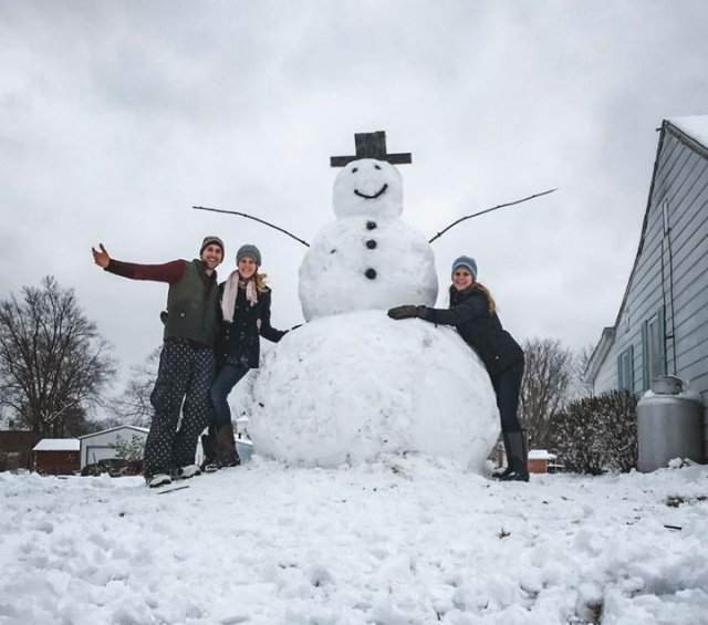 Моментальная карма за попытку уничтожить снеговика (3 фото)
