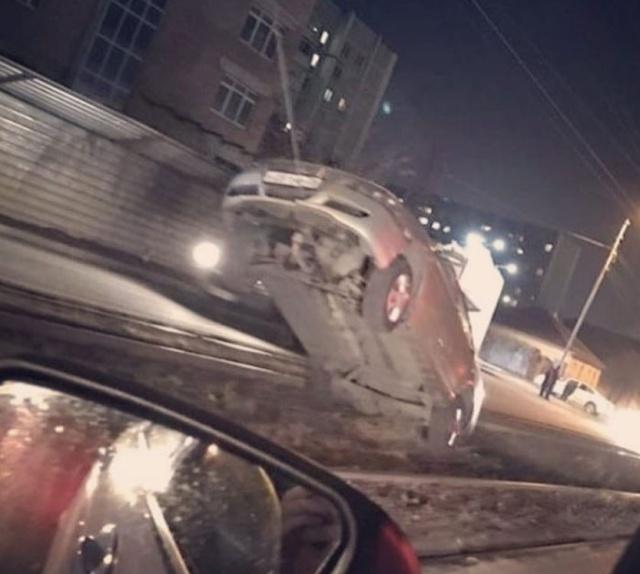 Необычная авария в Пятигорске (4 фото)
