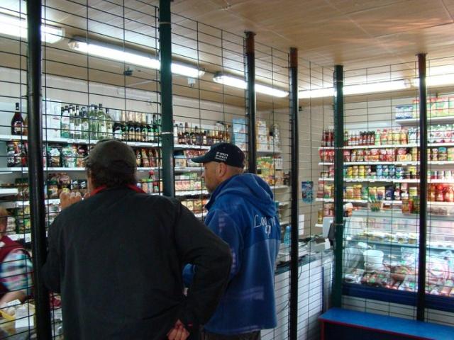 Защита товара и продавцов от агрессивных покупателей (4 фото)