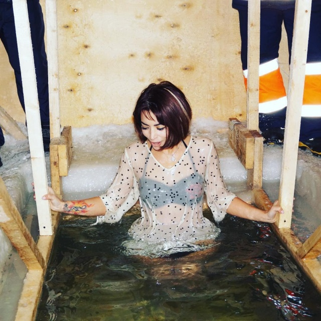 Симпатичные девушки на Крещенских купаниях 2019 года (30 фото)