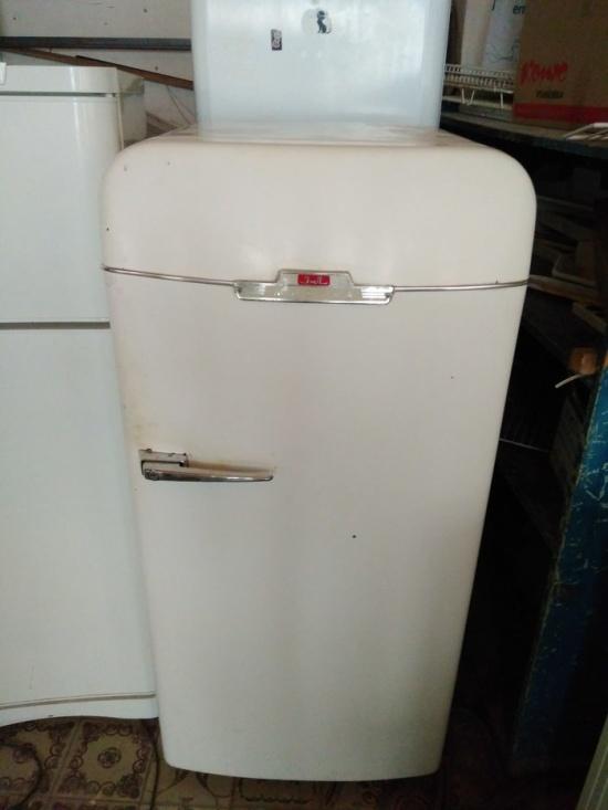 Вторая жизнь старого холодильника ЗИЛ-Москва (15 фото)