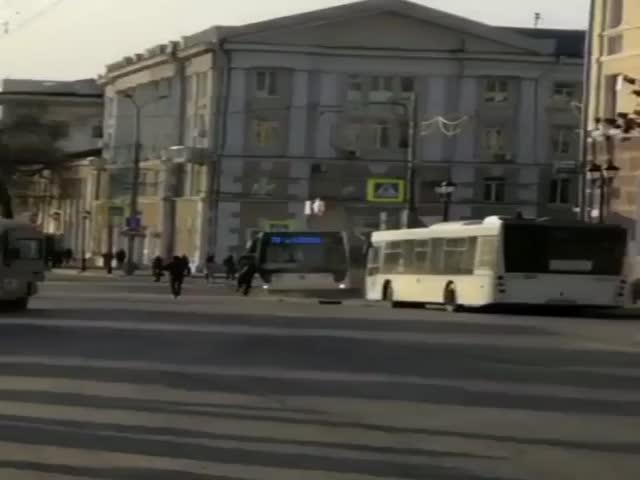 """Водитель попытался голыми руками остановить """"сбежавший"""" автобус"""