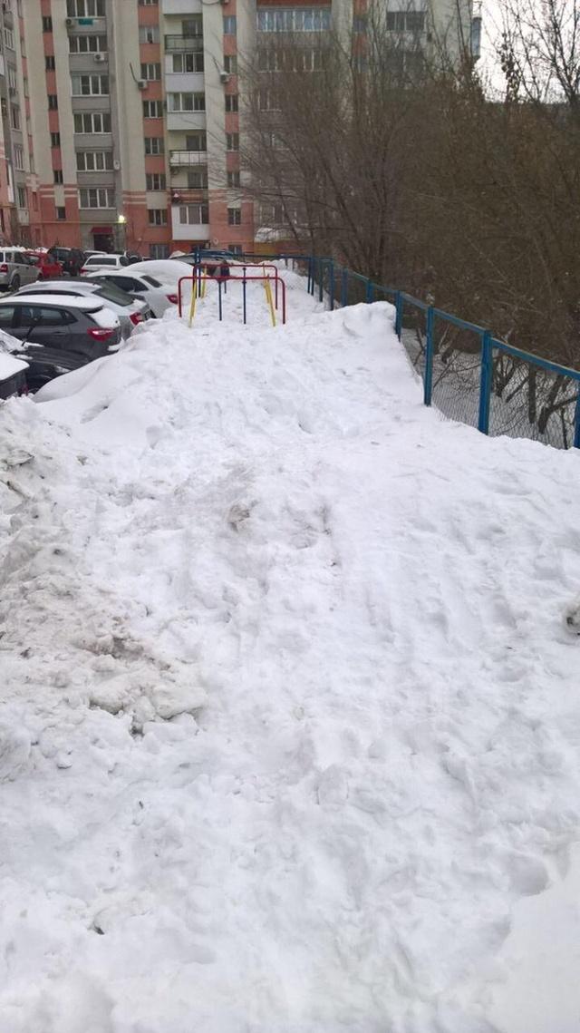 Саратовские чиновники отчитались об уборке снега, который расчистили местные жители (7 фото)