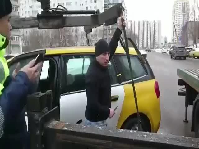 """Нетерпеливый водитель решил самостоятельно """"снять"""" свой автомобиль с эвакуатора"""