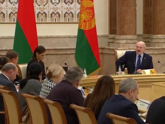 Александр Лукашенко рассказал об опасностях использования смартфонов iPhone