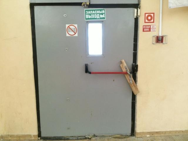 Аварийный выход из офисного здания (2 фото)
