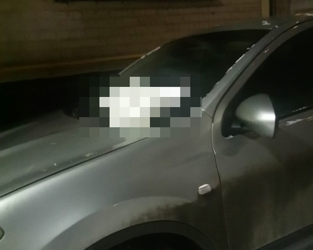 Простой способ объяснить водителю, что так парковаться не следует (3 фото)