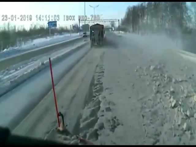 Водитель решил обогнать дорожников, которые чистили снег