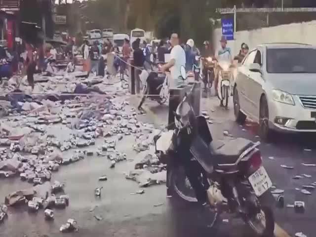 Перевернувшийся грузовик с пивом стал причиной настоящего хаоса на дороге