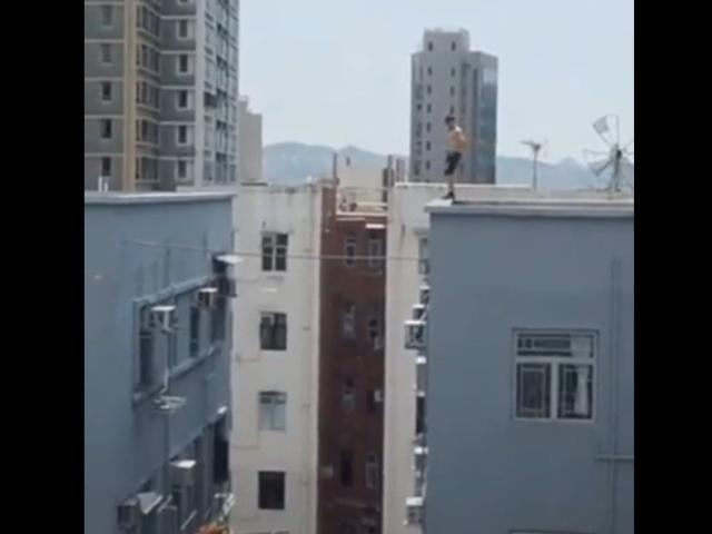 Опасный прыжок с одной крыши на другую