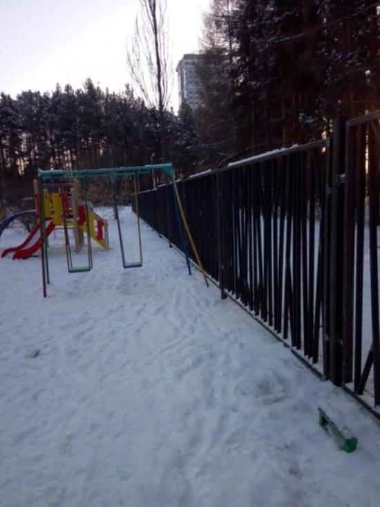 Застройщик разделил детскую площадку при помощи забора (4 фото)