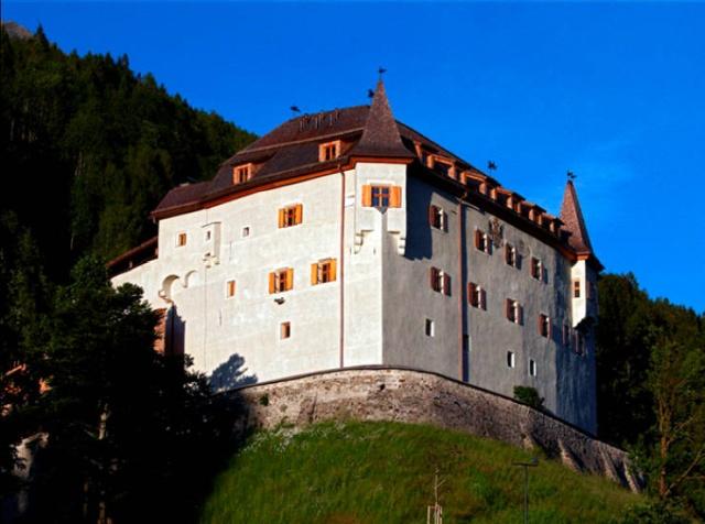 Археологи нашли в австрийском замке Ленгберг бюстгальтер и нижнее белье, которому уже 500 лет (9 фото)