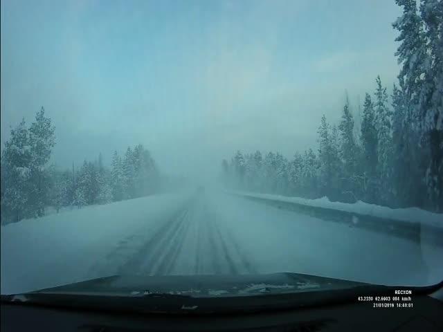 Жесткая авария на трассе в сложных дорожных условиях