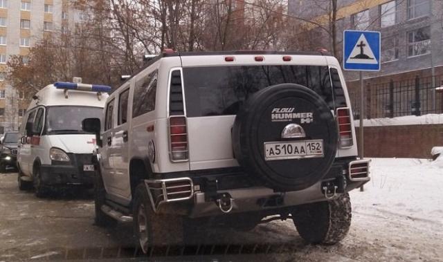 Внедорожник Hummer перегородил дорогу машине скорой помощи (2 фото + видео)