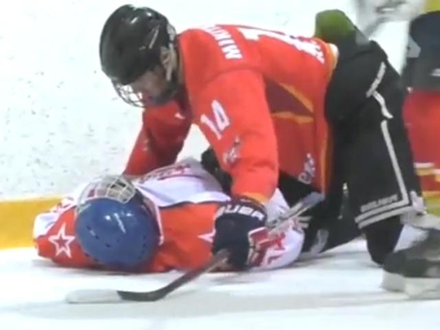 Тренер спас жизнь юному хоккеисту во время матча