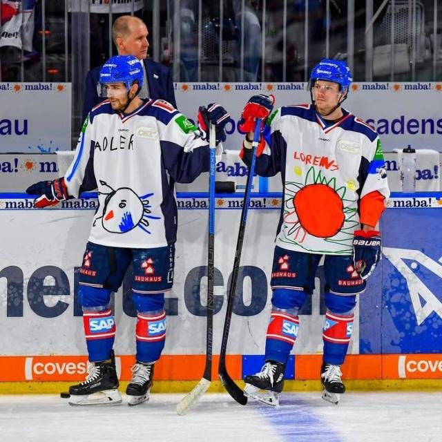Немецкие хоккеисты вышли на лёд в форме с забавным дизайном (6 фото)