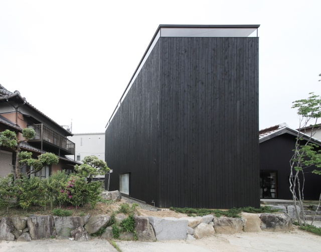 Необычное строение без окон в японском городе Тойота (17 фото)