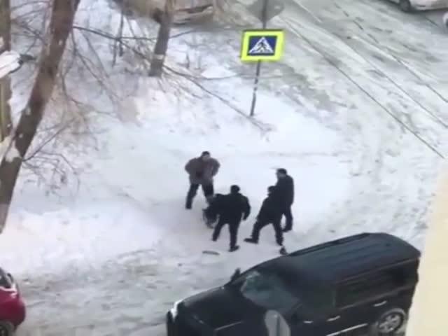 В Самаре пассажиры внедорожника открыли стрельбу по собакам и инвалиду