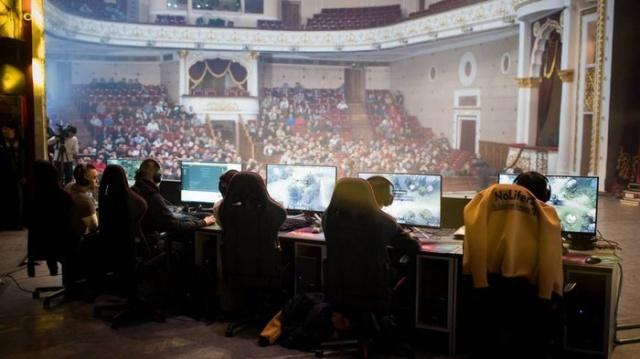 В Киргизии директор театра лишился работы после того, как разрешил провести турнир по Dota 2 (2 фото + видео)