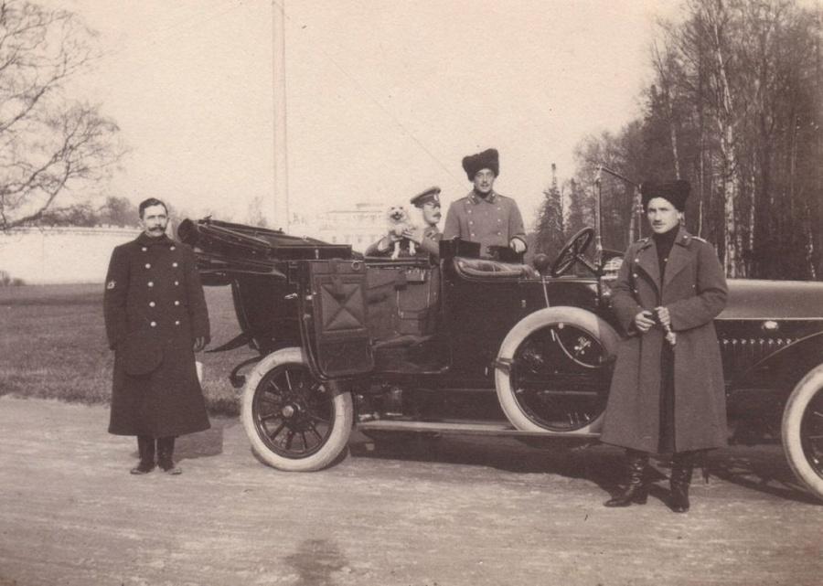 Рабочие обнаружили тайник с фотографиями семьи Николая II (3 фото)