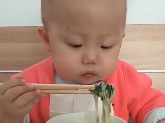 Малыш, который орудует палочками лучше, чем многие из нас