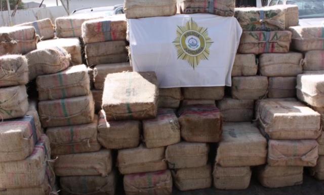 Полиция Кабо-Верде показала 9,5 тонн кокаина с задержанного судна ESER с россиянами (5 фото + видео)