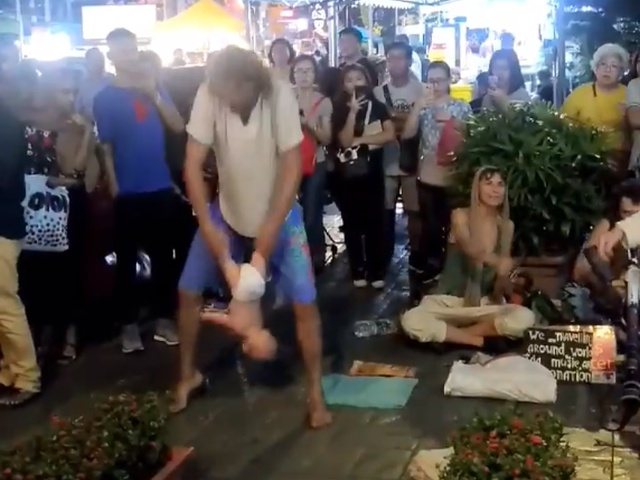 Россиян, устроивших представление с младенцем, арестовали в Малайзии