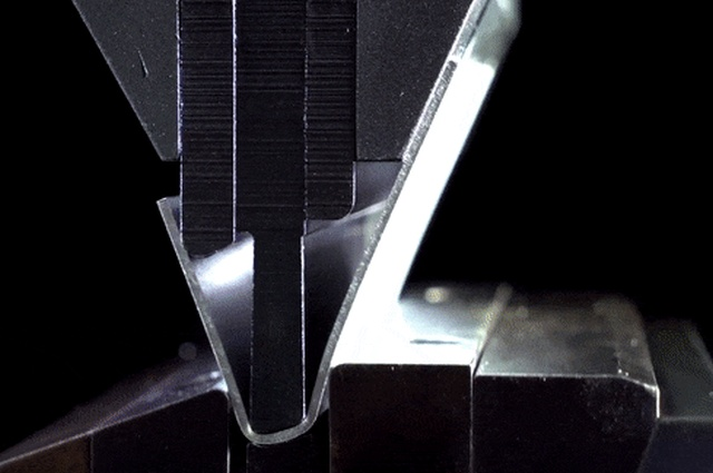 Как это делают: фасонная гибка металла (5 гифок)