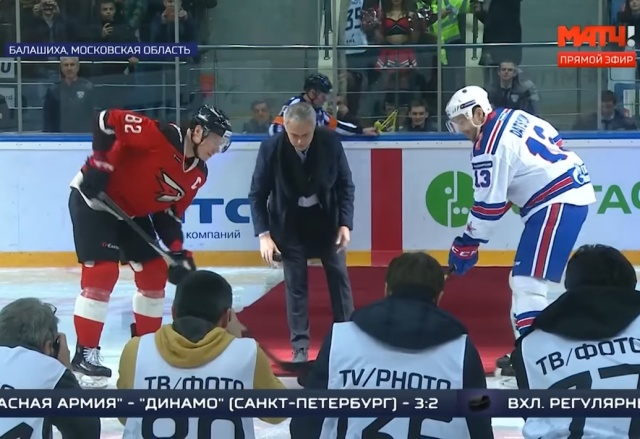 Падение Жозе Моуринью во время символического вбрасывания на матче КХЛ (12 фото + видео)