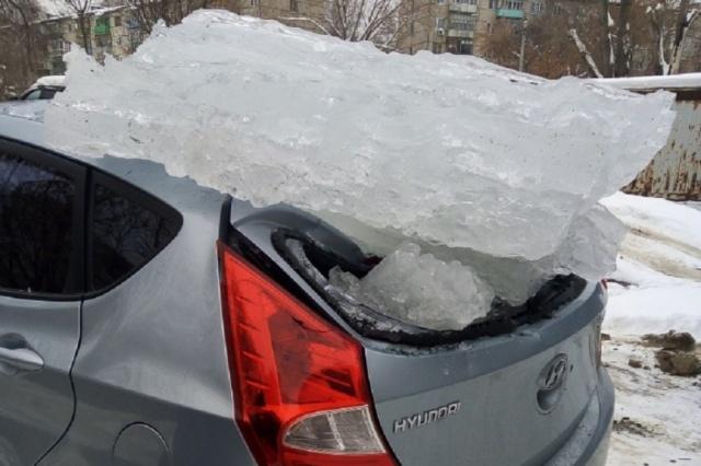 Почему не следует парковаться близко к зданиям во время оттепели? (2 фото)