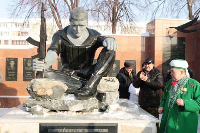 Новый памятник на мемориальном комплексе в Салавате возмутил жителей города (4 фото)