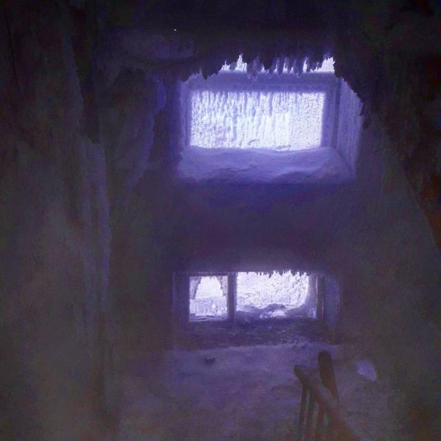 """""""Ледяная пещера"""" в жилом доме Омска (3 фото + видео)"""