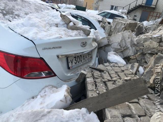 В Саратове несколько иномарок завалило кирпичами на платной стоянке (10 фото)